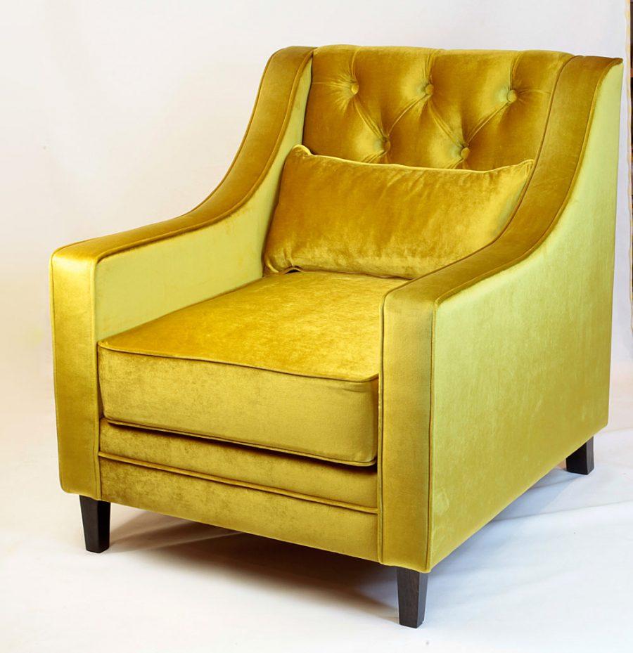 Кресло в золотом велюре с капитоне