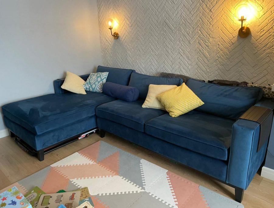 Угловой синий диван на ножках фото