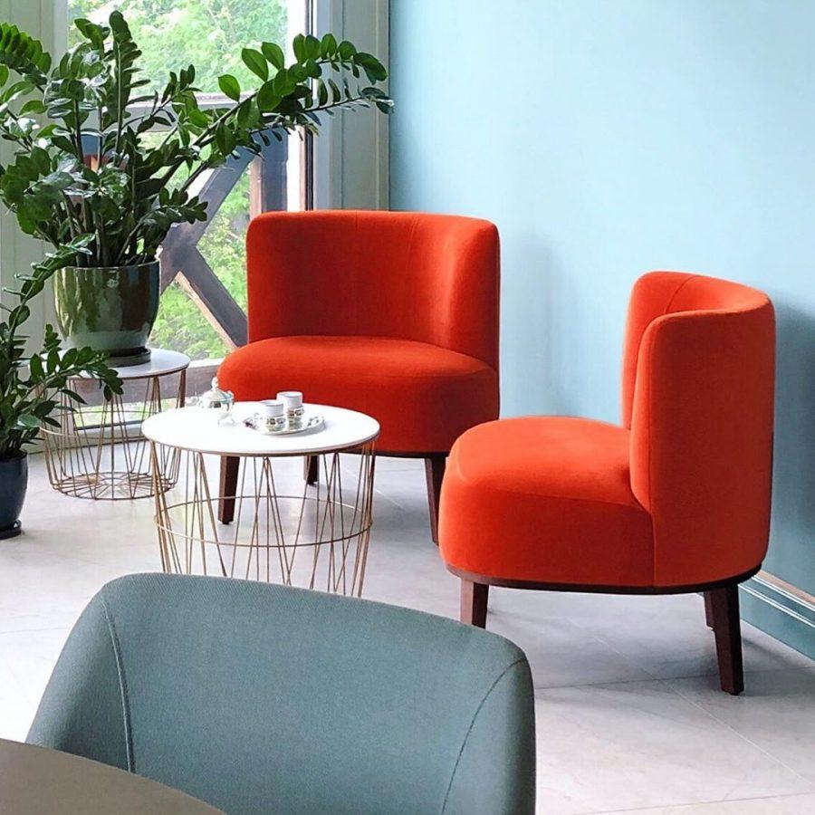Маленькие кресла в оранжевой красной ткани