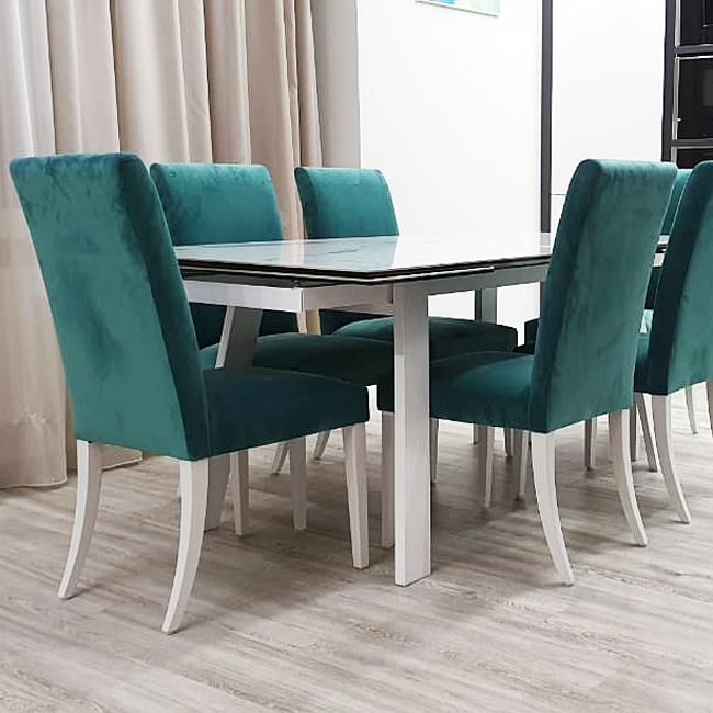высокие прямые мягкие велюровые стулья