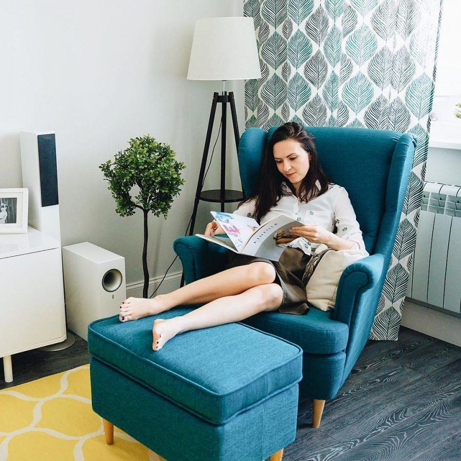 Уютное высокое кресло с ушами в комплекте с банкеткой
