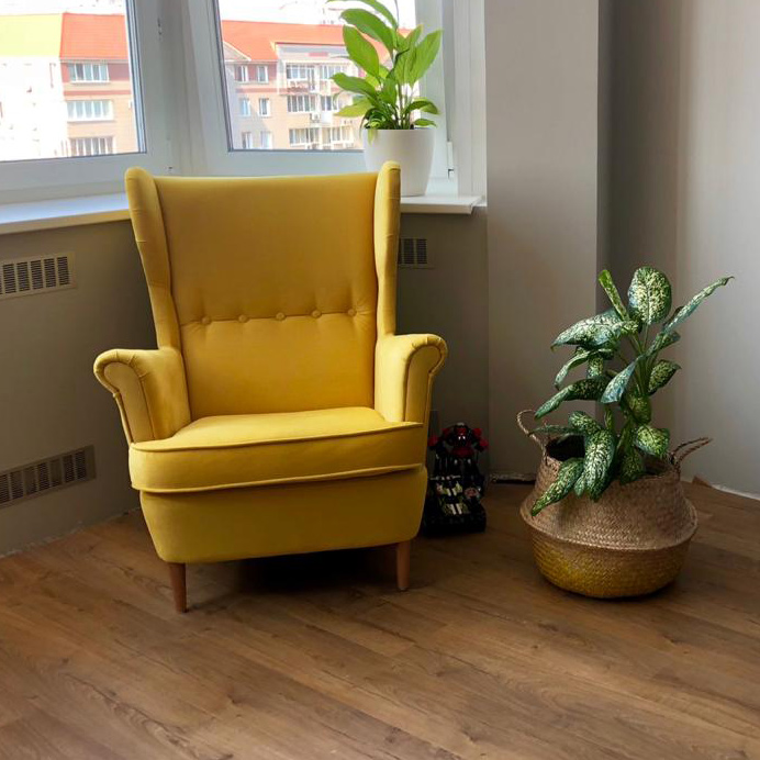 Кресло Торн в желтом велюре в интерьере