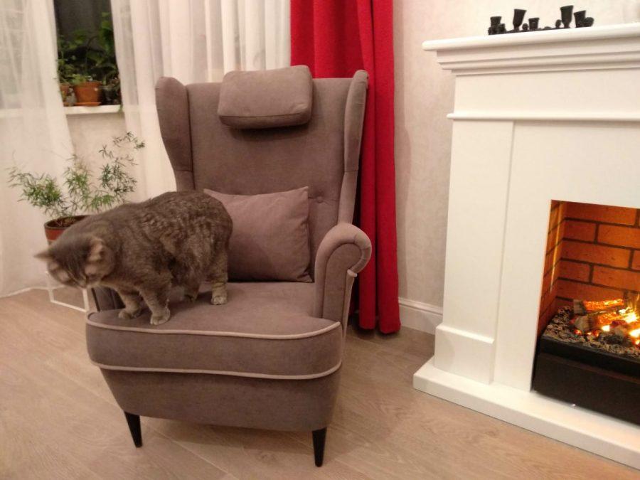 мягкое кресло с высокой спинкой
