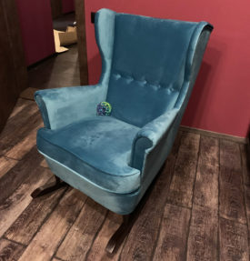 Высокое кресло-качалка в велюре