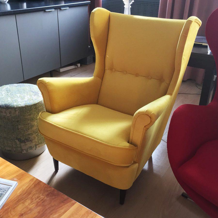 Каминное желтое кресло