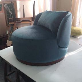 Большое круглое кресло на цоколе