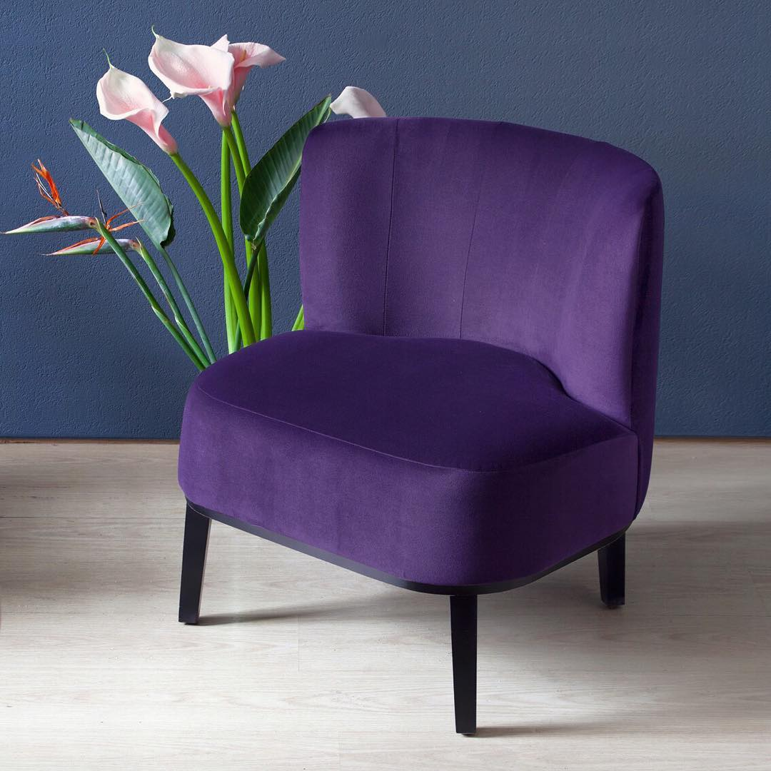 толстенькое кресло с упругой невысокой спинкой