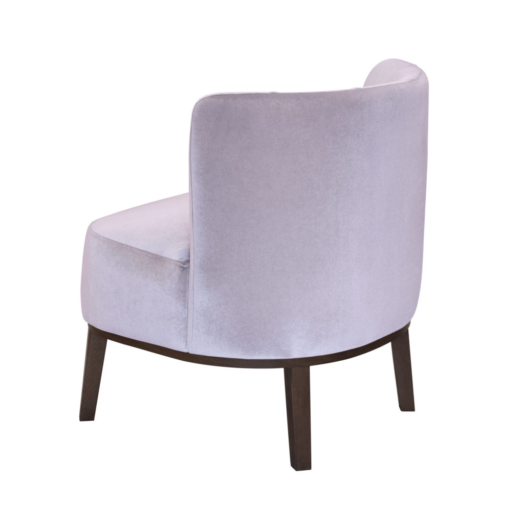 Низкое кресло на ножках