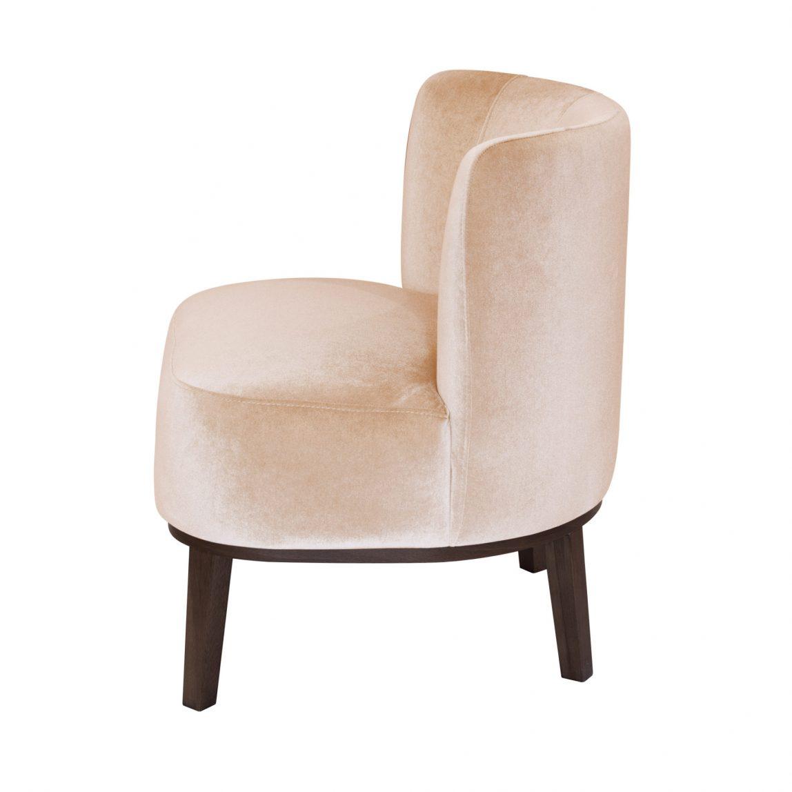 Маленькое мягкое кресло на ножках