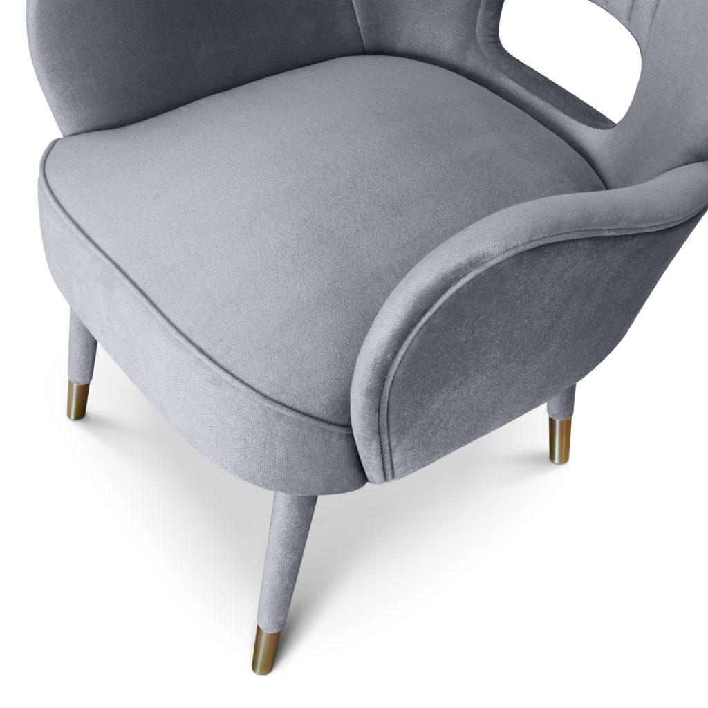 кресло с латунными ножками