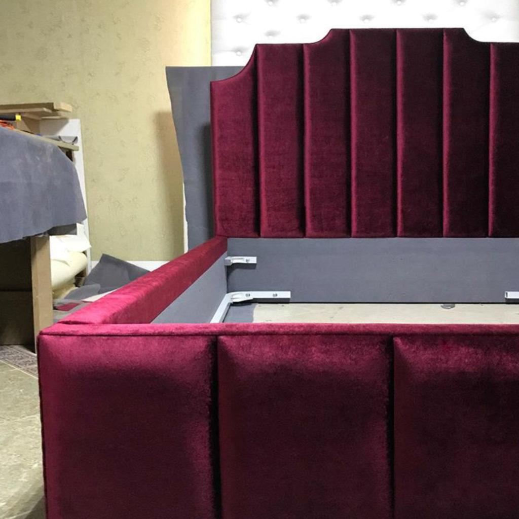 Кровать с мягким высоким изголовьем