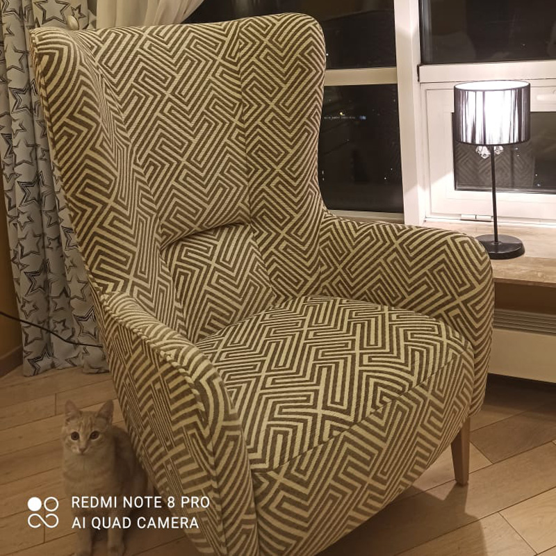 Высокое каминное кресло с геометрией ткани