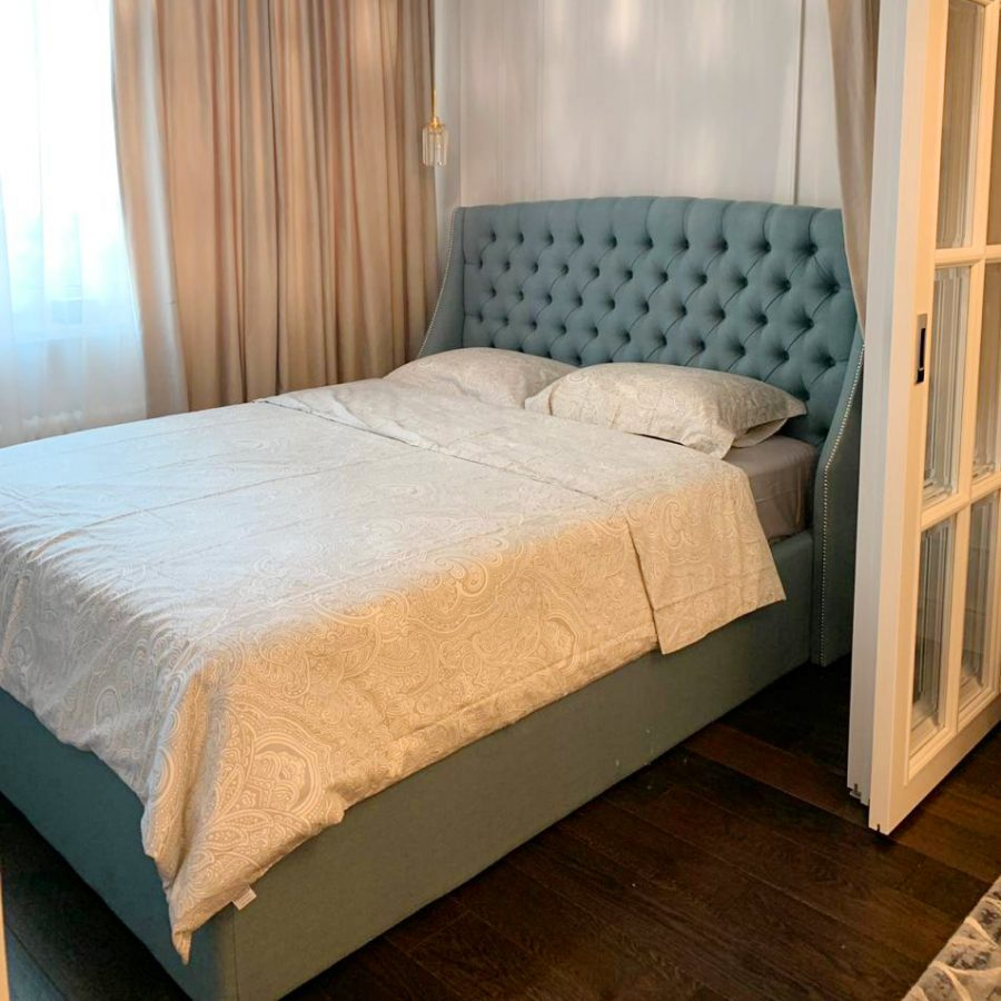 Кровать Эдисон с мягким высоким изголовьем в кокетливом стиле