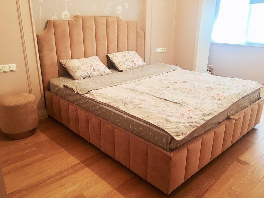 Кровать с вертикальными линиями