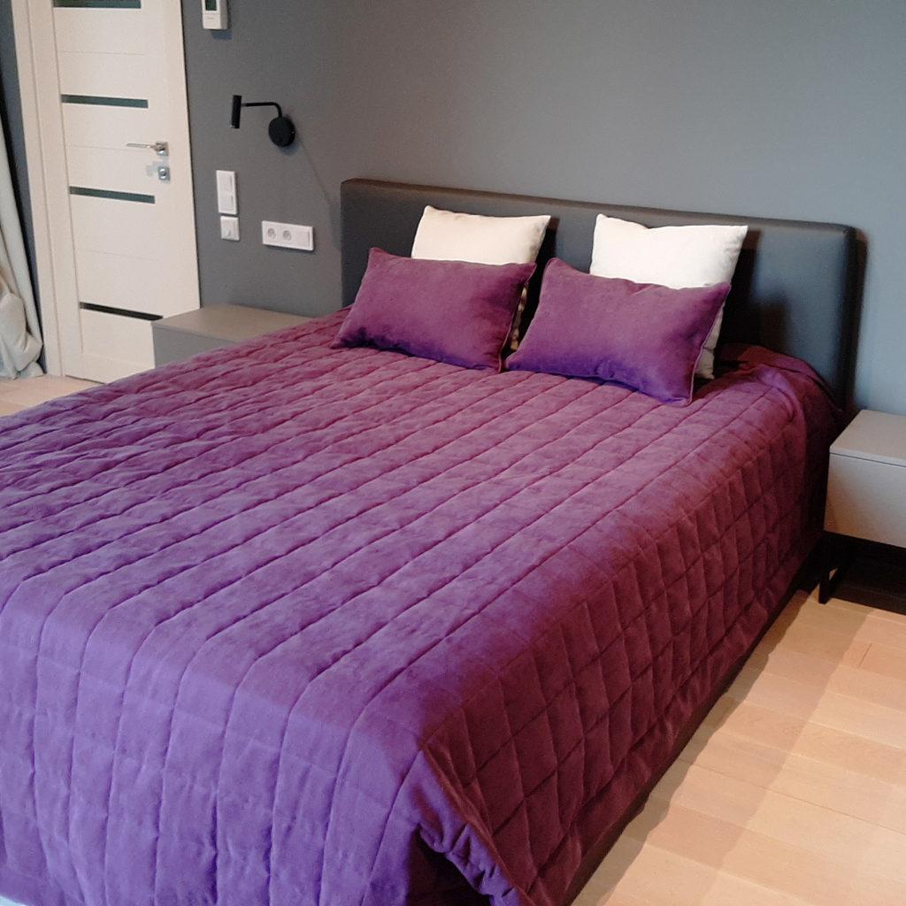 кровать с изголовьем из кожи
