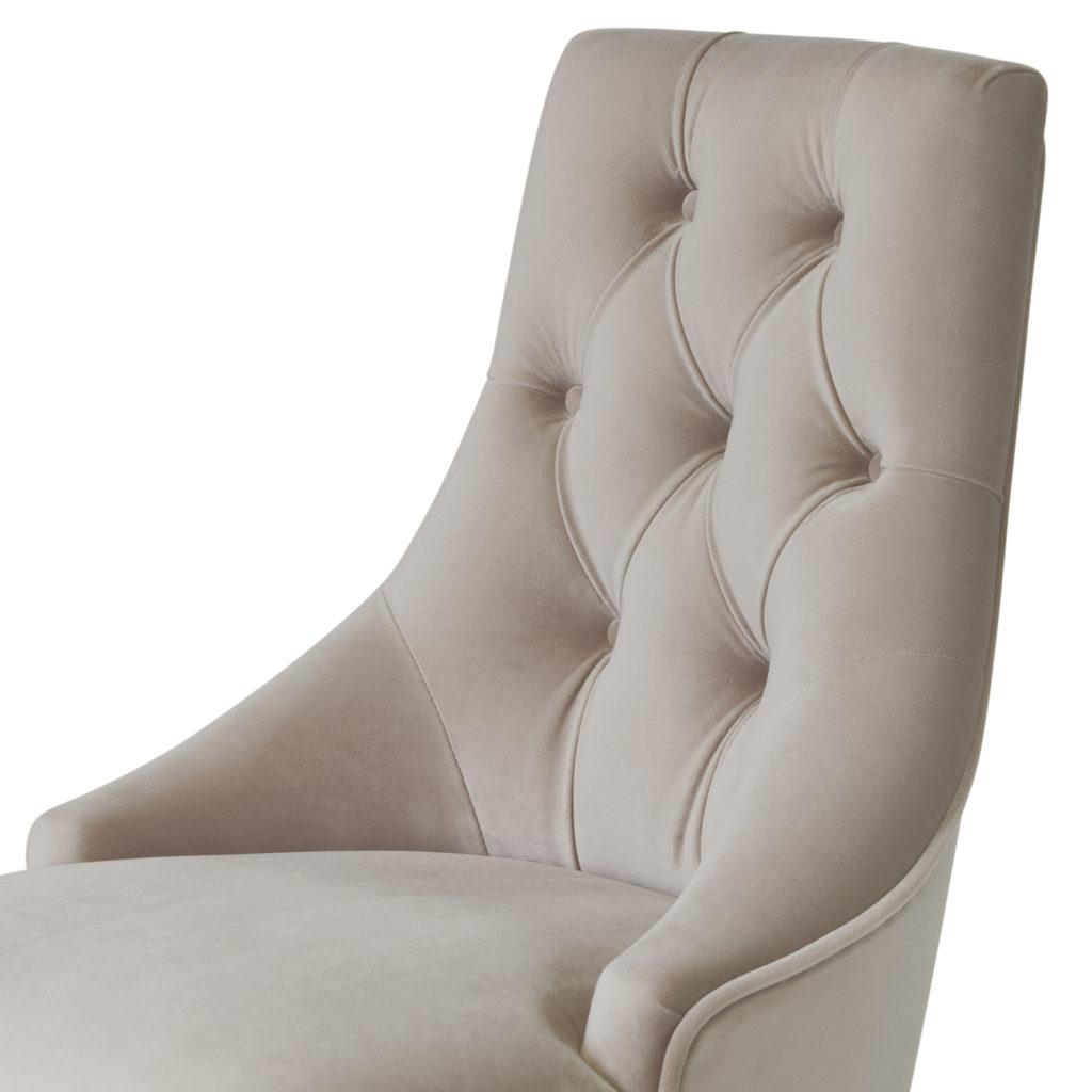 Стильный стул с наклонной спинкой и каретной стяжкой