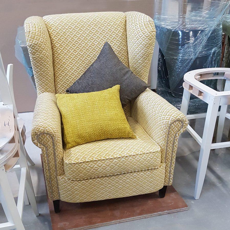 Каминное кресло с высокой спинкой в американском стиле