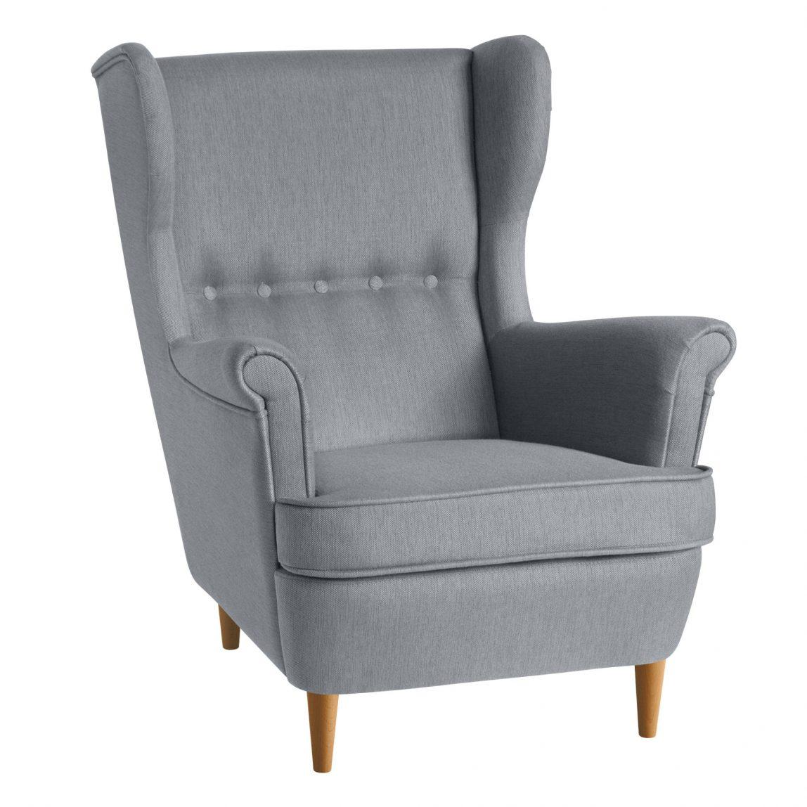 Уютное кресло с высокой спинкой
