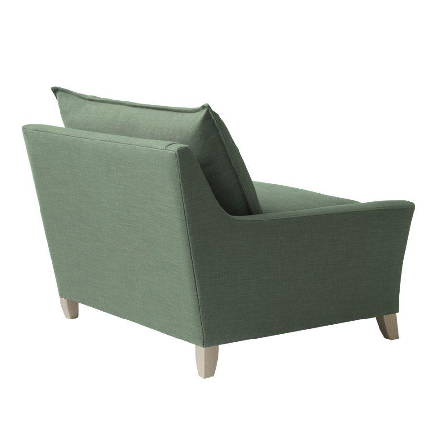 Современное глубокое кресло с мягкими подушками сиденья и спинки