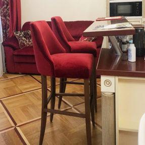Барный стул в красном велюре деревянные ножки