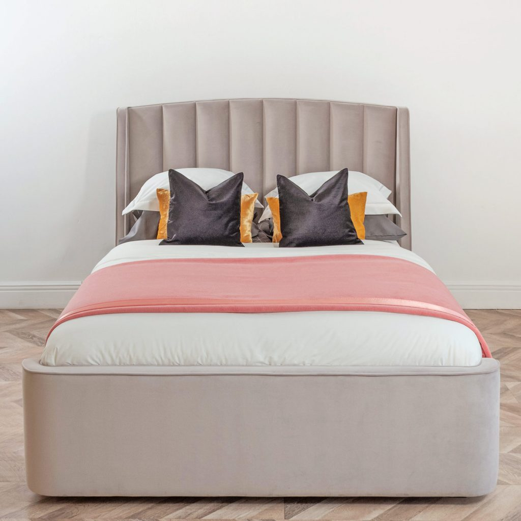 Кровать Фабьен с вертикально простроченным мягким панельным изголовьем и ушками