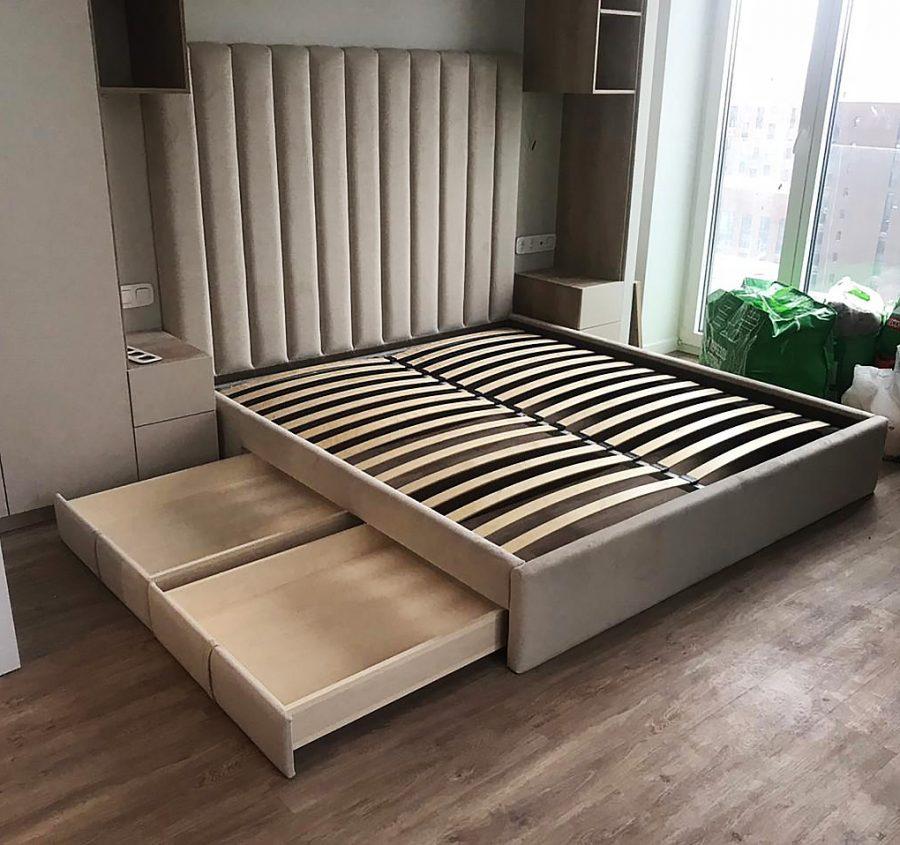 Кровать с вертикальными мягкими панелями и ящиком