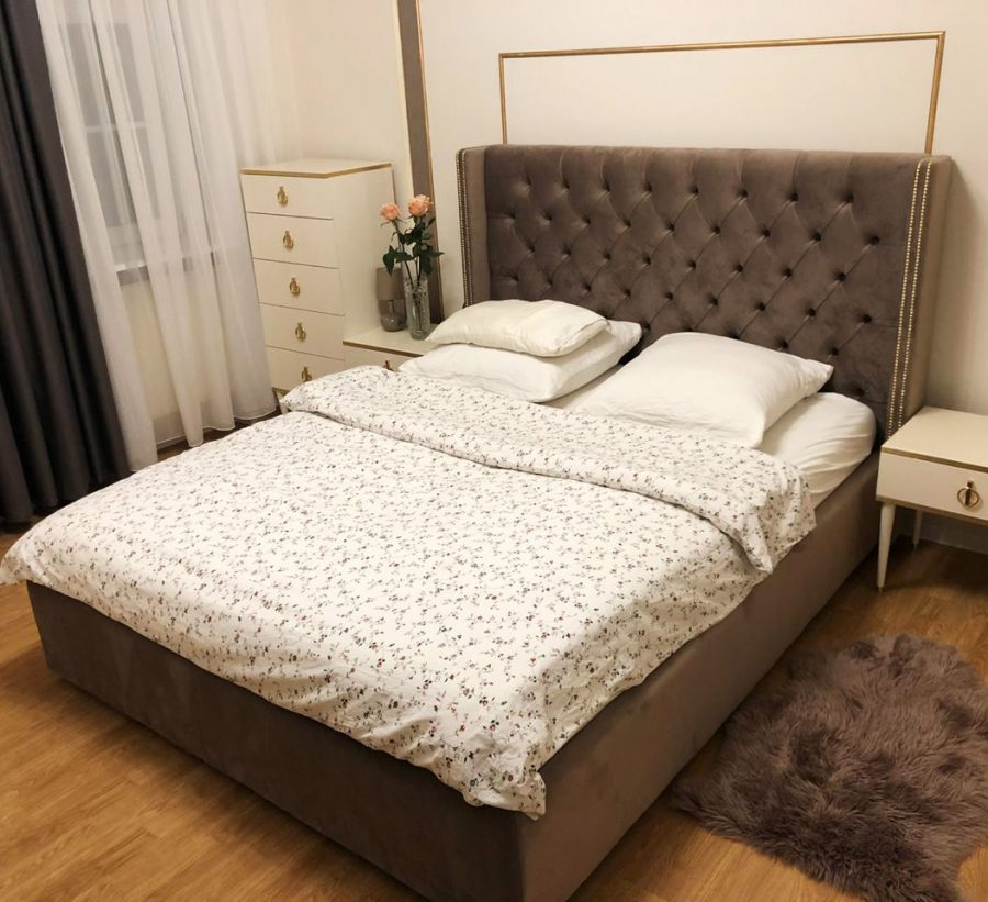 Кровать высокая с пуговицами и гвоздиками
