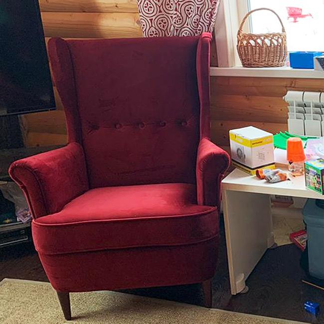 Каминное уютное кресло в нежном велюре
