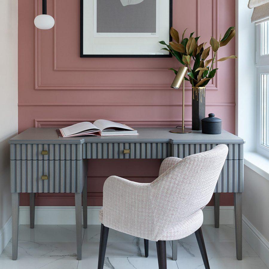 Стильное кресло для спальни