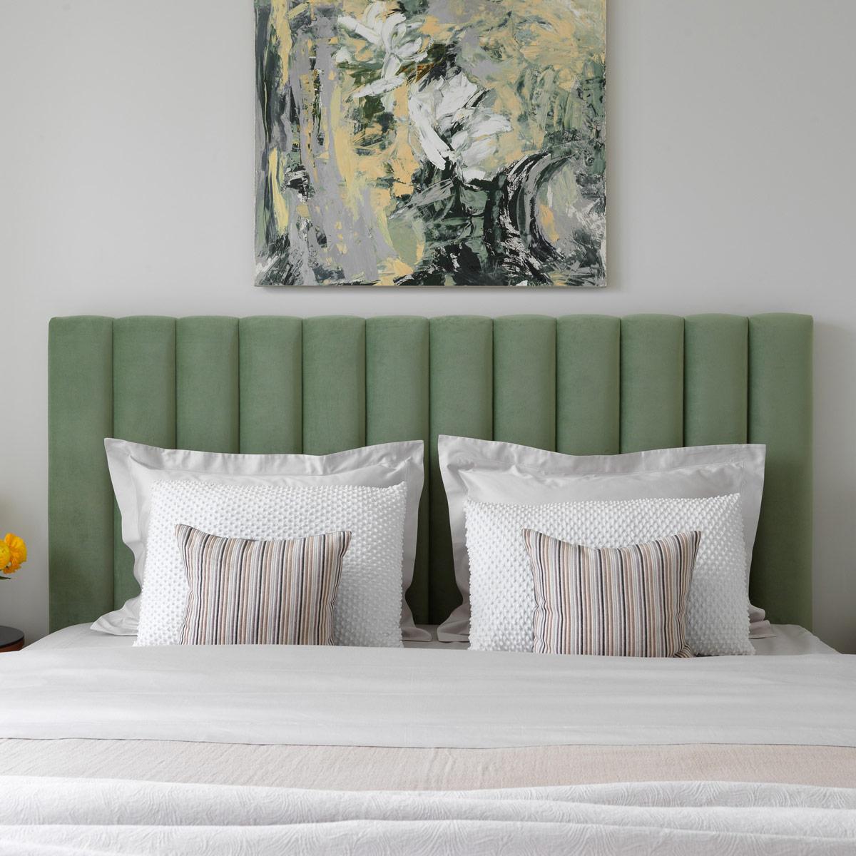 Lavsit_Natan_vertikal_panels_bed_green_velvet